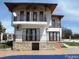 Двухэтажный новый дом с бассейном в 27 км от Варны.