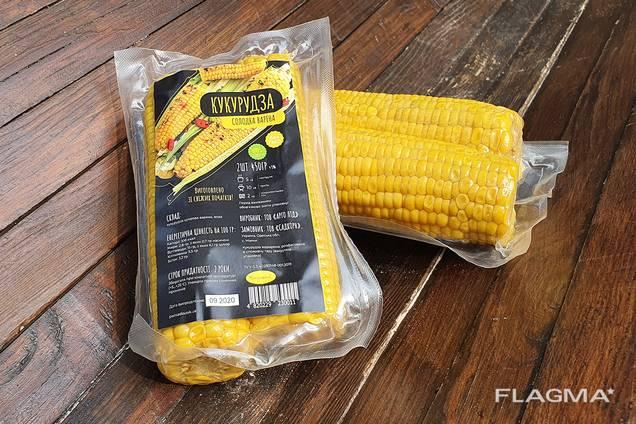 Вакуумно приготвена царевица върху кочана